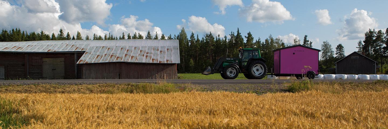 2014_pelto_traktori_pinkki-sauna_heikki-mahlamaki_m