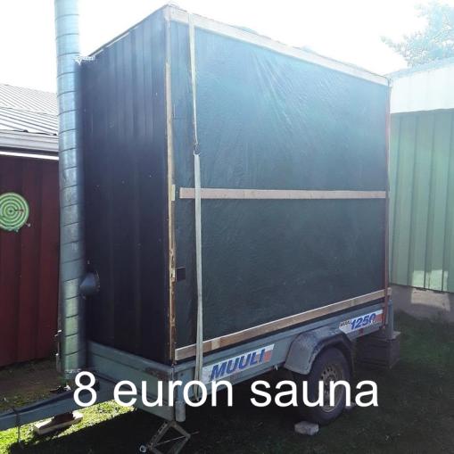 """""""Kevyt pressusauna, joka on edullinen ja nopeasti valmistettu kaikesta mitä tontilta löytyy uutta ja vanhaa. Budjetti 8€"""" 8 euron sauna, Teuva."""